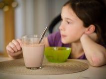Mädchen, das einen Imbiss isst Stockbilder