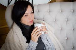 Mädchen, das eine Kaffeetasse anhält stockbild