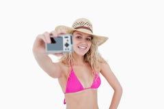 Mädchen, das eine Kamera beim Fotografieren ihrs anhält Lizenzfreie Stockbilder