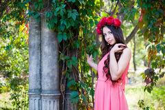 Mädchen, das eine Krone von Rosen trägt Stockfotografie