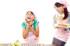 Mädchen, das eine Mahlzeit isst Stockfotos