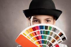 Mädchen, das eine pantone Palette hält lizenzfreie stockfotos