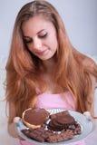 Mädchen, das eine Platte mit Schokoladensnäcken hält lizenzfreies stockfoto