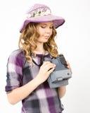 Mädchen, das eine polaroidkamera hält Lizenzfreie Stockfotos