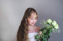 Mädchen, das eine Rose hält Stockbild