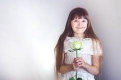 Mädchen, das eine Rose hält Stockbilder