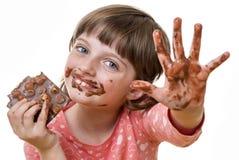 Mädchen, das eine Schokolade isst Stockfotos