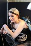 Mädchen, das eine Tätowierung, an einem Tätowierungsstudio erhält Stockbild