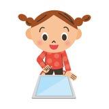 Mädchen, das eine Tablette betreibt Lizenzfreie Stockfotografie