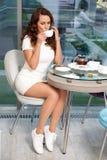 Mädchen, das eine Tasse Tee trinkt Lizenzfreie Stockfotos