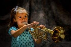 Mädchen, das eine Trompete spielt lizenzfreie stockfotos