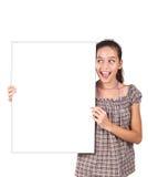 Mädchen, das eine unbelegte weiße Karte für Text anhält. Stockbilder