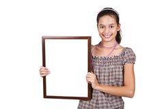 Mädchen, das eine unbelegte weiße Karte für Text anhält. Stockfoto