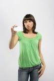 Mädchen, das eine Visitenkarte anhält Lizenzfreies Stockbild