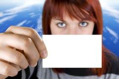 Mädchen, das eine Visitenkarte anhält Lizenzfreie Stockfotos