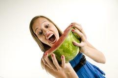 Mädchen, das eine Wassermelone isst Stockfotos