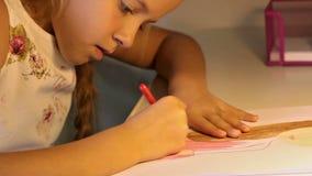 Mädchen, das eine Zeichnung färbt stock video