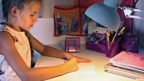 Mädchen, das eine Zeichnung am Schreibtisch skizziert stock video footage