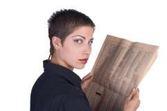Mädchen, das eine Zeitung liest Stockbilder