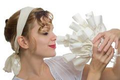 Mädchen, das an einem Blumenstrauß der Weißbuchrosen riecht Lizenzfreie Stockbilder