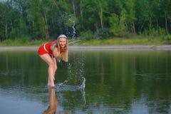 Mädchen, das in einem Fluss steht Lizenzfreie Stockbilder