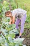 Mädchen, das an einem Garten arbeitet Stockbilder