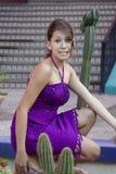 Mädchen, das in einem Garten knit Stockfoto