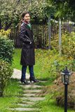 Mädchen, das in einem Garten steht Stockfoto