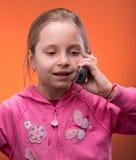 Mädchen, das an einem Handy spricht Stockfoto