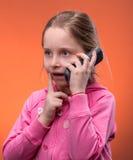Mädchen, das an einem Handy spricht Lizenzfreie Stockfotos
