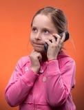 Mädchen, das an einem Handy spricht Stockfotografie