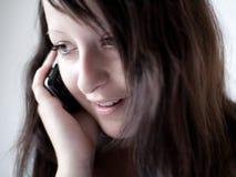 Mädchen, das an einem Handy II spricht stockfoto