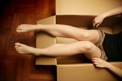 Mädchen, das in einem Kasten sitzt lizenzfreies stockfoto