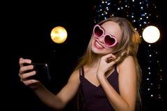 Mädchen, das in einem Nachtklub selfie tut lizenzfreies stockbild