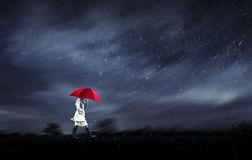 Mädchen, das an einem regnerischen Tag geht Stockfotografie