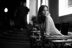 Mädchen, das in einem Stuhl nachts sitzt lizenzfreie stockfotografie