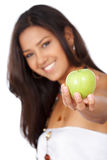 Mädchen, das einen Apfel anbietet Stockfoto