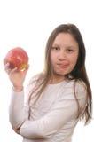 Mädchen, das einen Apfel eaing ist Stockbilder