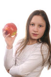 Mädchen, das einen Apfel eaing ist Stockfoto