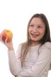 Mädchen, das einen Apfel eaing ist Lizenzfreie Stockfotos