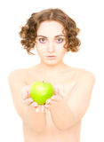 Mädchen, das einen Apfel (Fokus, anhält auf Apfel) Lizenzfreies Stockbild