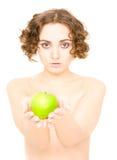 Mädchen, das einen Apfel (Fokus, anhält auf Mädchen) Stockbilder