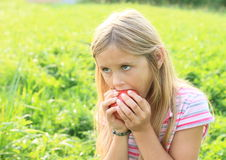 Mädchen, das einen Apfel isst Lizenzfreies Stockbild