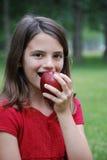 Mädchen, das einen Apple isst Stockbild