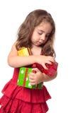 Mädchen, das einen Armful Weihnachtsgeschenke anhält Lizenzfreies Stockbild
