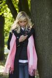 Mädchen, das einen Aufruf im Freien bildet Lizenzfreie Stockfotografie