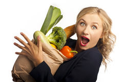 Mädchen, das einen Beutel der Nahrung anhält Stockfoto