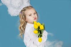 Mädchen, das einen Blumenstrauß von Blumen lächelt und hält Stockfotos