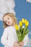 Mädchen, das einen Blumenstrauß von Tulpen lächelt und hält Stockbilder