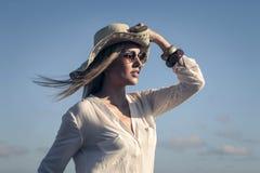 Mädchen, das einen breiten Hut an einem sonnigen Tag trägt Stockfotos
